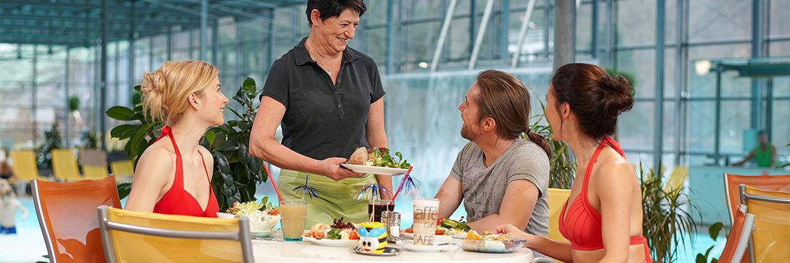 Im Gastrobereich des Geibeltbad Pirnas kann man sich gesund stärken.