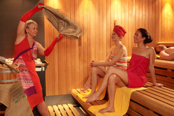 Lassen Sie sich in der Sauna im Geibeltbad Pirna bei einem Kaffeeaufguss ins Land des Karnevals und der Kaffeebohnen entführen.