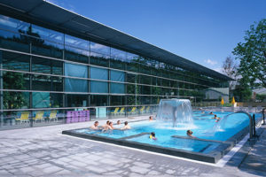 Schwimmen Sie doch an die frische Luft. Unser direkt mit dem Nichtschwimmerbecken verbundenes Außenbecken ist auf angenehme 31 °C temperiert und bietet viele Gründe, eine Zeit lang draußen zu verweilen.