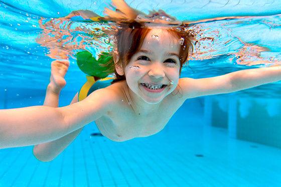 Bei unserem Schwimmlernkurs ab einem Alter von 6 Jahren kann jeder das Schwimmen lernen oder auch seine verlernten Fähigkeiten auffrischen.